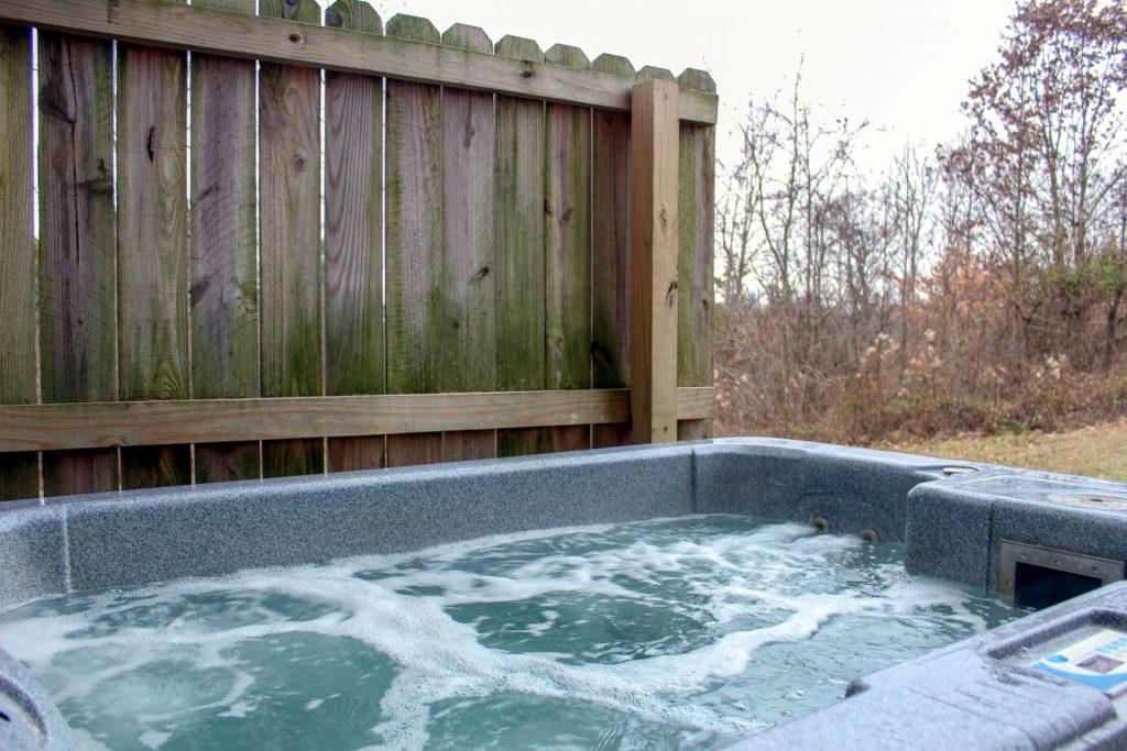 Fox Den Cabin hot Tub